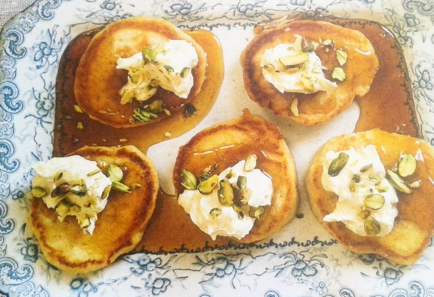 Mini pannenkoekjes met ricotta room & honing-oranjebloesemsiroop