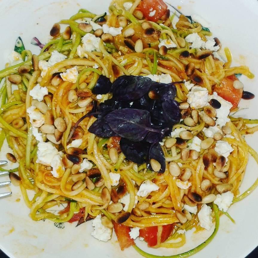 Lowcarb: Courgetti pasta met rode pesto &pijnboompitten