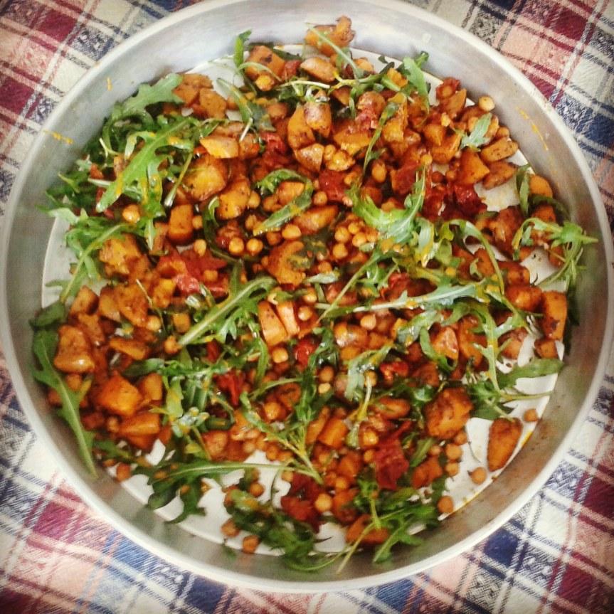 Zoete aardappel met knapperige kikkererwten, rucola & zongedroogdetomaten